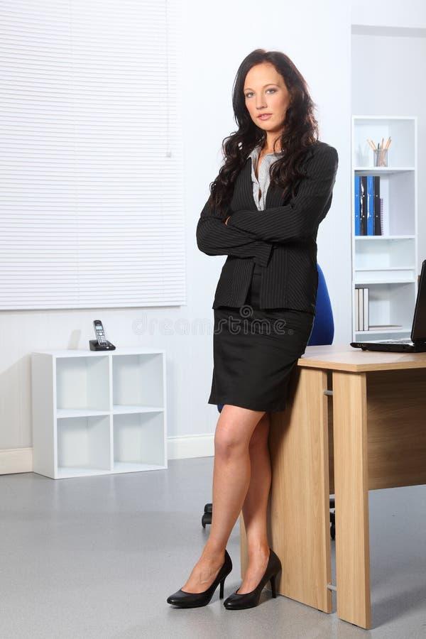 Mooie bedrijfs gevouwen vrouwen bevindende wapens stock foto