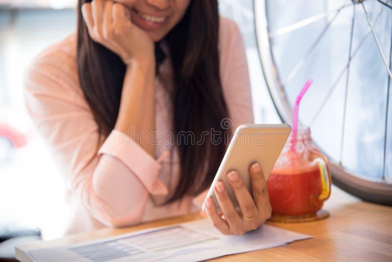 Mooie bedrijfs werkende vrouw die Iphone, cellphone afterwork bij de koffiewinkel gebruiken royalty-vrije stock afbeeldingen