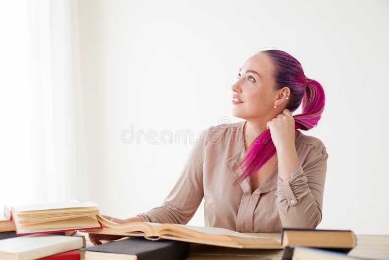 Mooie bedrijfsvrouw aan de lijstwerk in het Bureauboek royalty-vrije stock fotografie