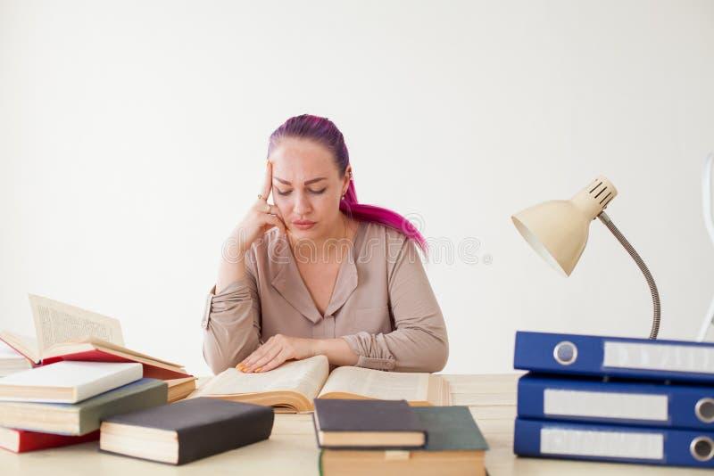 Mooie bedrijfsvrouw aan de lijstwerk in het Bureauboek royalty-vrije stock afbeeldingen