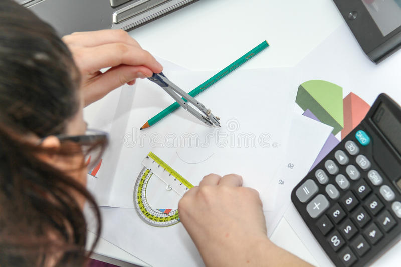 Mooie Bedrijfsvrouw die investeringsgrafieken met calculato analyseren stock foto