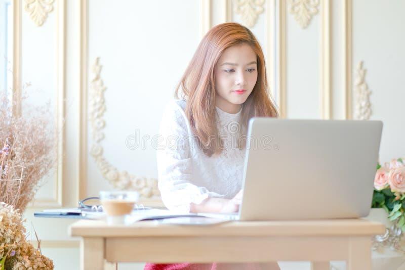Mooie bedrijfsvrouw die laptop met behulp van stock foto