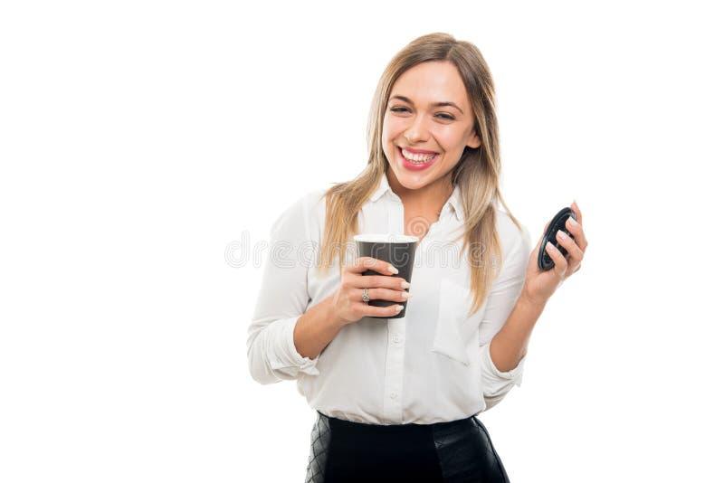 Mooie bedrijfsvrouw die meeneemkoffie kop en het glimlachen houden stock foto