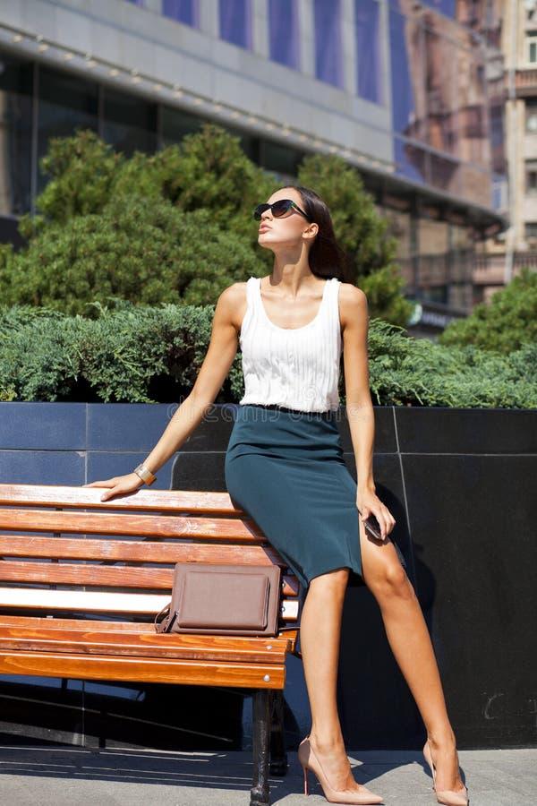 Mooie bedrijfsvrouw die telefonisch roepen royalty-vrije stock fotografie