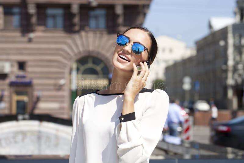 Mooie bedrijfsvrouw die telefonisch roepen stock afbeeldingen
