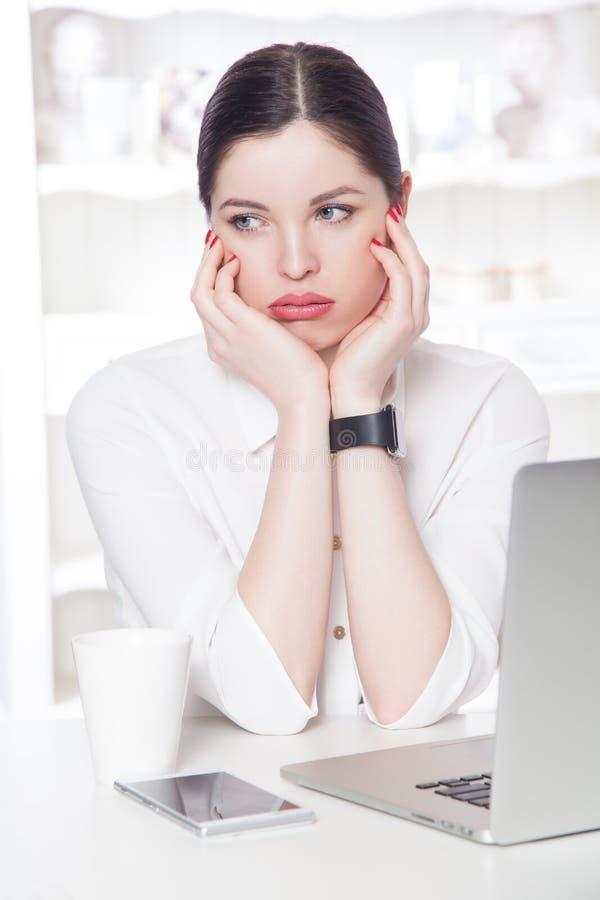Mooie bedrijfsvrouw in het bureau stock fotografie
