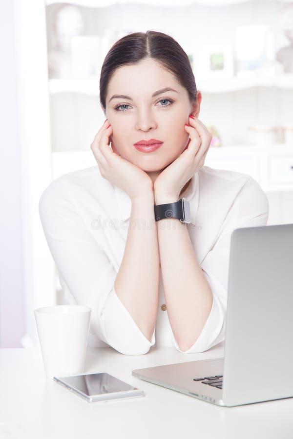 Mooie bedrijfsvrouw in het bureau stock foto's