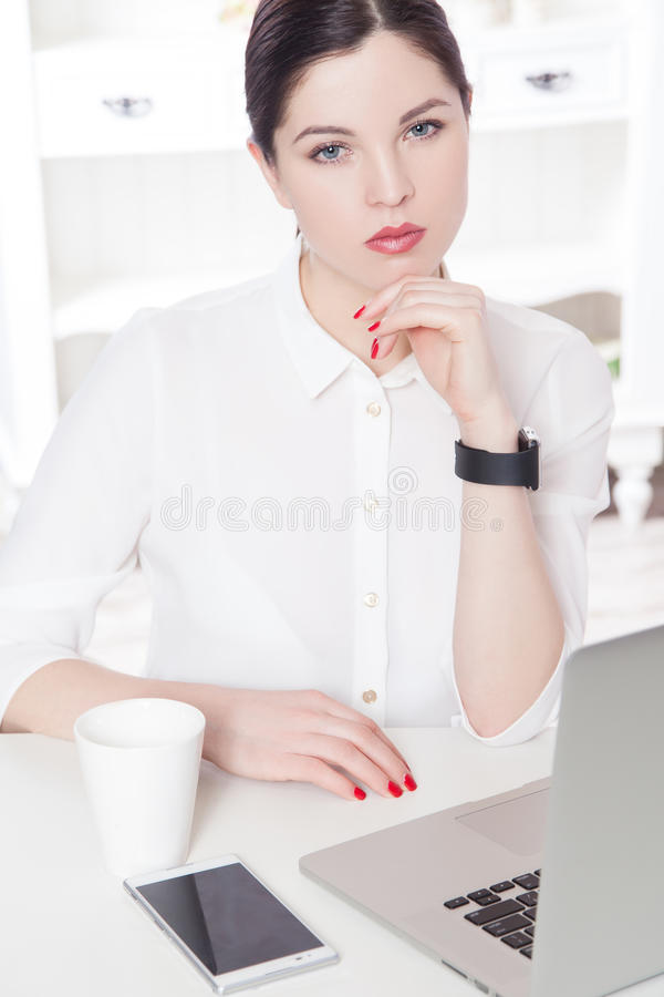 Mooie bedrijfsvrouw in het bureau stock foto