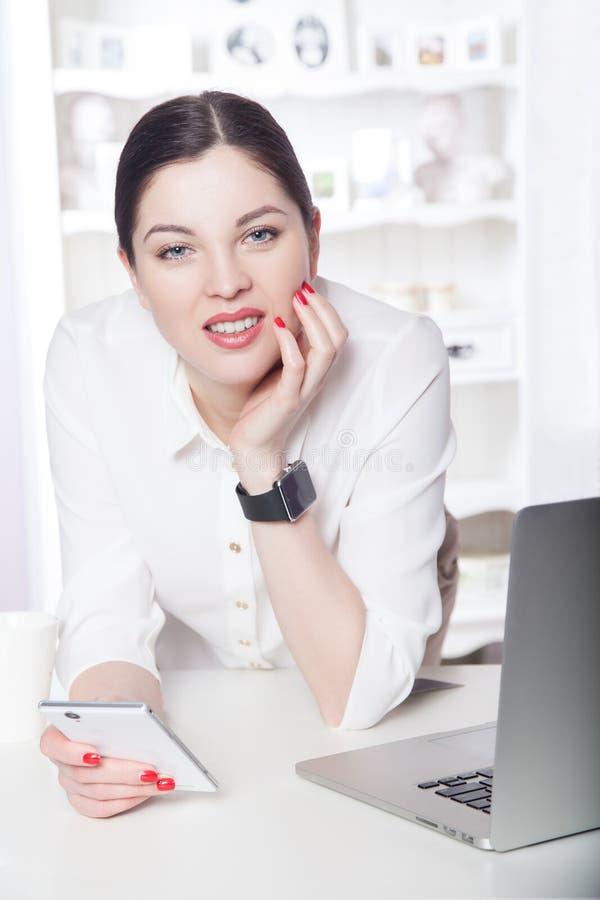 Mooie bedrijfsvrouw in het bureau stock afbeelding