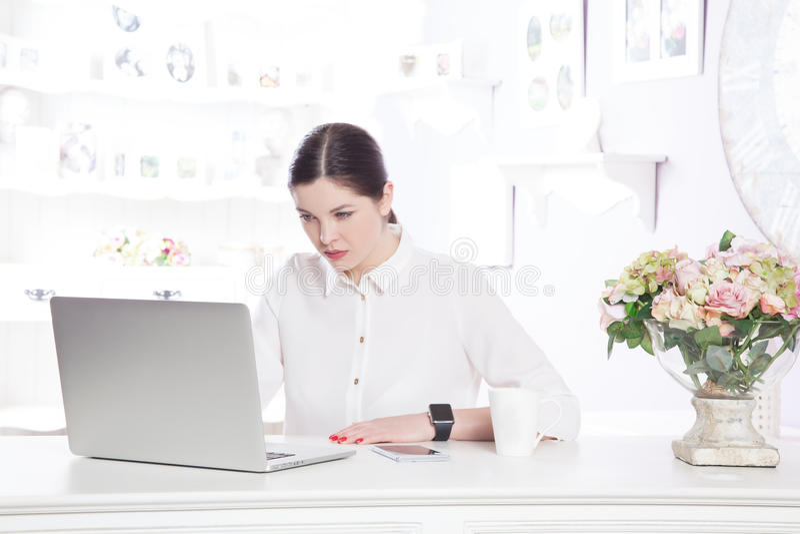 Mooie bedrijfsvrouw in het bureau stock afbeeldingen