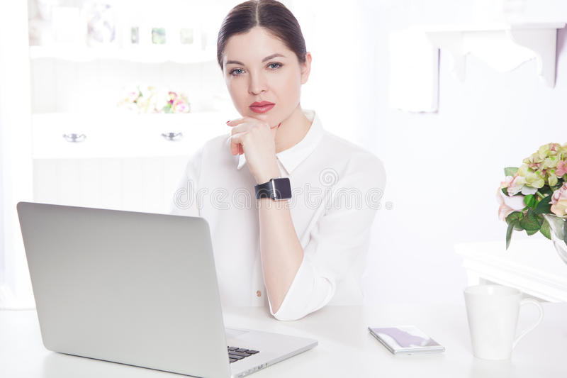 Mooie bedrijfsvrouw in het bureau royalty-vrije stock fotografie