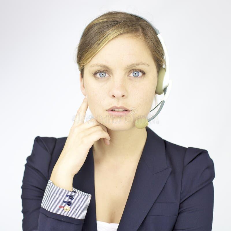Mooie bedrijfsvrouw met hoofdtelefoon royalty-vrije stock afbeelding