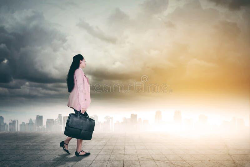 Mooie bedrijfsvrouw met koffer op weg stock foto's
