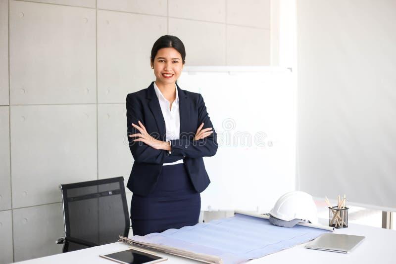 Mooie Bedrijfsvrouwensecretaresse in bureau bij werkplaats, Aziatisch Vrouwensucces voor het Werk Zeker voor het Werk met Succesc royalty-vrije stock afbeelding