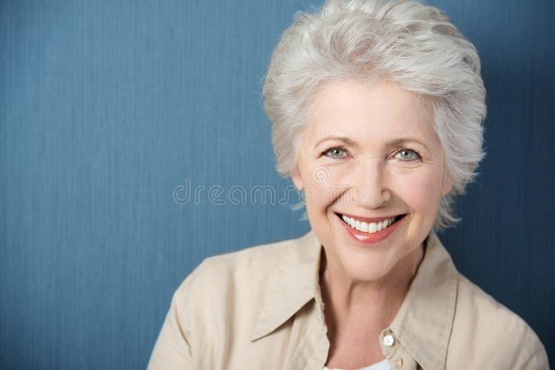 Mooie bejaarde dame met een levendige glimlach stock afbeeldingen
