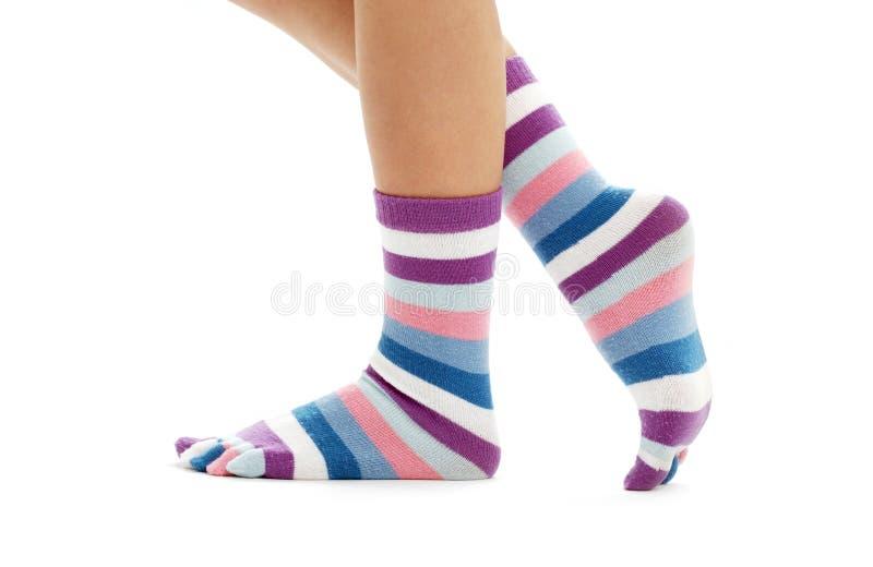 Mooie benen in grappige sokken royalty-vrije stock foto