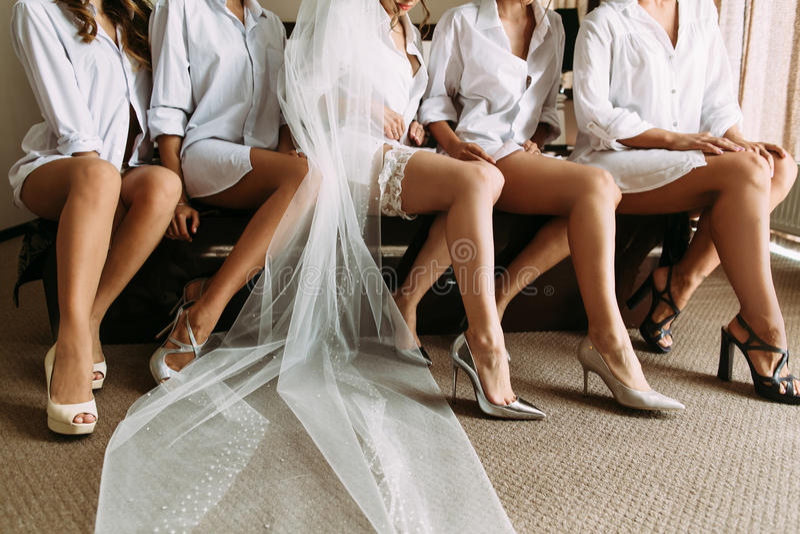 Mooie benen van de bruid en haar vrienden royalty-vrije stock fotografie