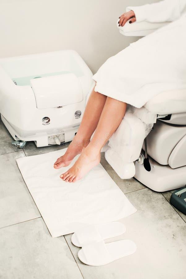 Mooie benen van een meisje in een witte badjas Moderne schoonheidssalon royalty-vrije stock foto's