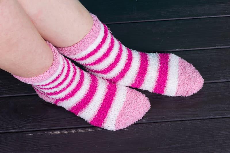 Mooie benenvrouw met sokken status stock afbeeldingen