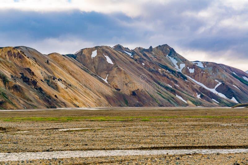 Mooie berg en de vallei met de stroom van het smelten sno stock afbeelding