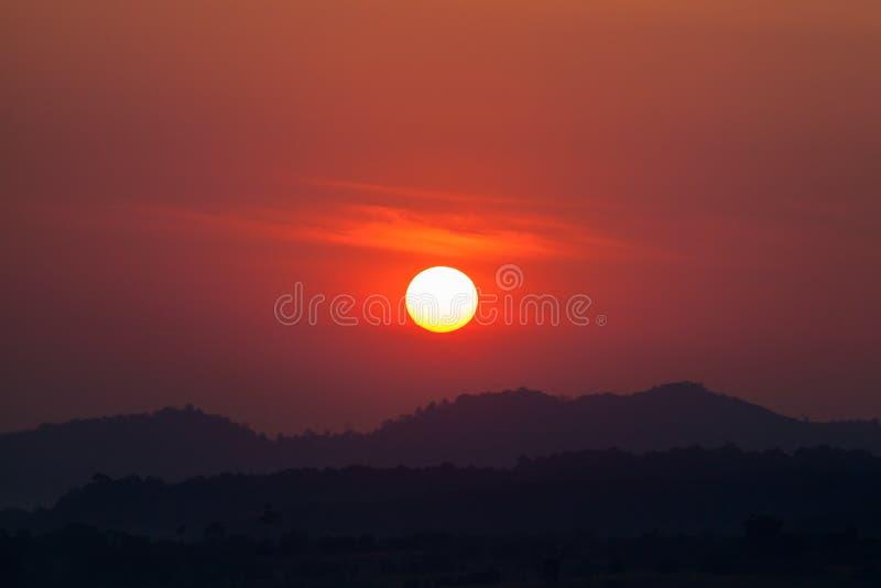 Mooie berg en zonsopgang royalty-vrije stock afbeelding
