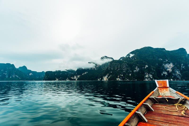 Mooie bergen en rivier natuurlijke aantrekkelijkheden in Ratchaprapha-Dam royalty-vrije stock foto's