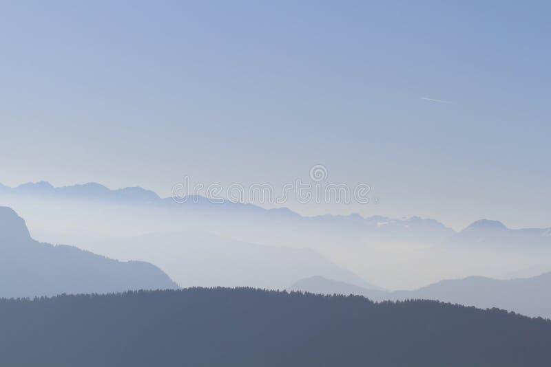 Mooie bergen Franse alpen met blauwe hemel royalty-vrije stock afbeelding