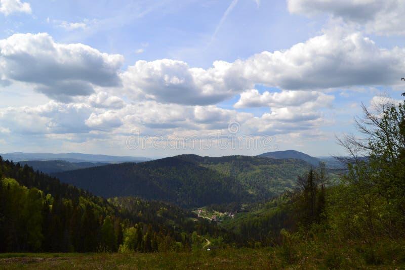 Mooie bergen met blauwe wolken stock afbeeldingen