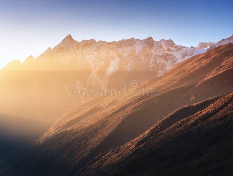 Mooie bergen met sneeuwpieken bij zonnige ochtend in Nepal stock foto's