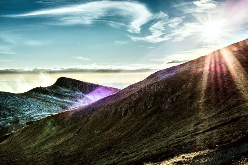 Mooie bergen onder blauwe hemel in zonlicht royalty-vrije stock afbeelding