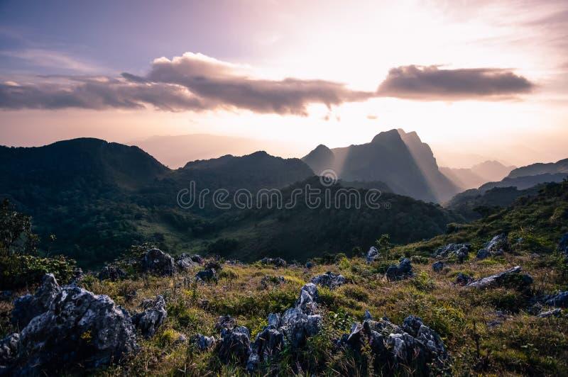 Mooie bergen tijdens zonsonderganghemel Aard Thailand stock afbeeldingen