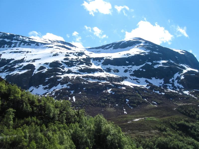 Mooie bergen van Noorwegen stock afbeeldingen