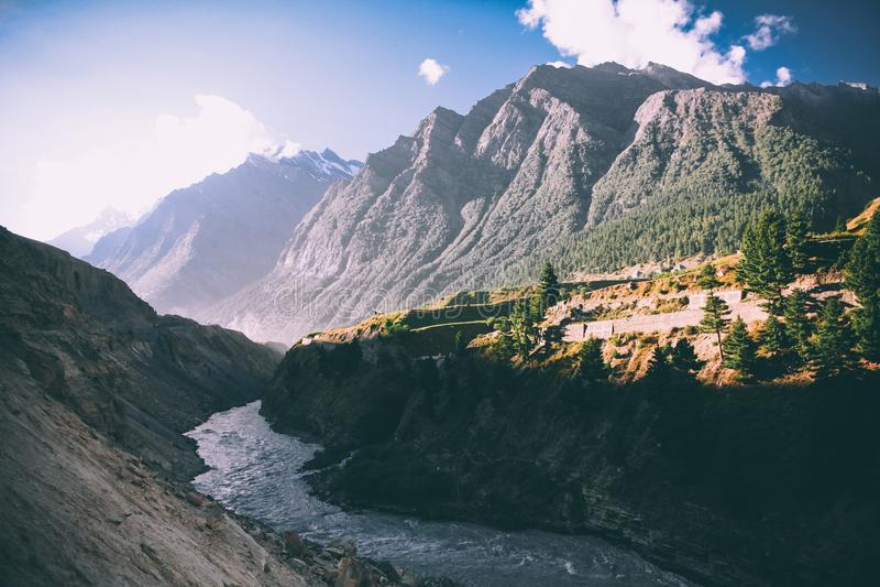 mooie bergrivier in vallei en majestueuze bergen royalty-vrije stock fotografie