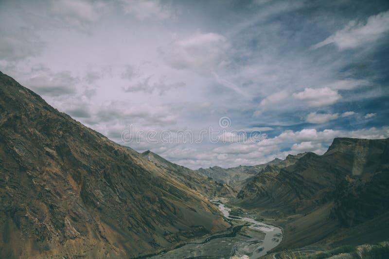 mooie bergvallei met rivier en toneellandschap in Indisch Himalayagebergte, stock afbeeldingen