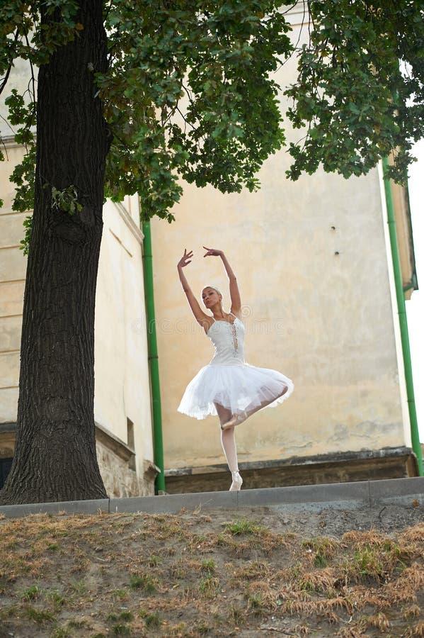 Mooie bevallige ballerina die op de straten van oud ci dansen stock fotografie