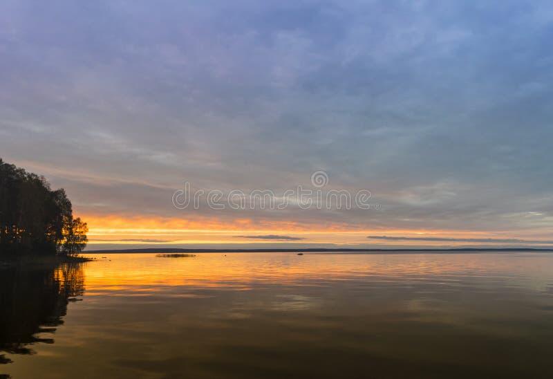Mooie Bewolkte oranje zonsondergang over overzees, achtergrond stock afbeelding