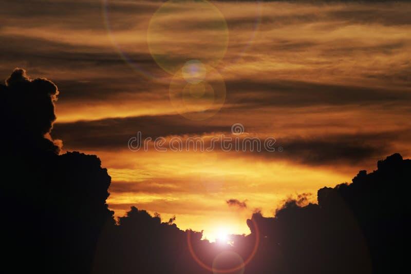 Mooie bewolkte zonsonderganghemel met de filter van de lensgloed stock foto