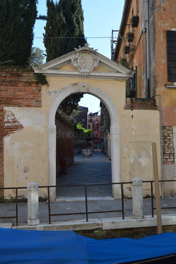 Mooie Binnenlandse die Binnenplaats van Mooi Klein Kanaal door een Overwelfde galerij in Venetië wordt gezien Reis, Vakantie, Arc royalty-vrije stock foto's