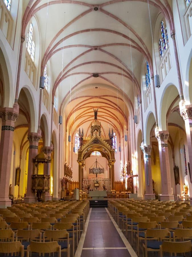 Mooie binnenlandse mening van de Kerk van de de 19de eeuwparochie van St Lawrence in Diekirch, Luxemburg royalty-vrije stock afbeelding