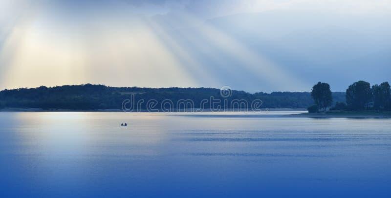 Mooie Blauwe Aardachtergrond Fantasieontwerp Artistiek behang Kunstfotografie Hemel, wolken, water Meer, bomen Berg, boot licht stock fotografie