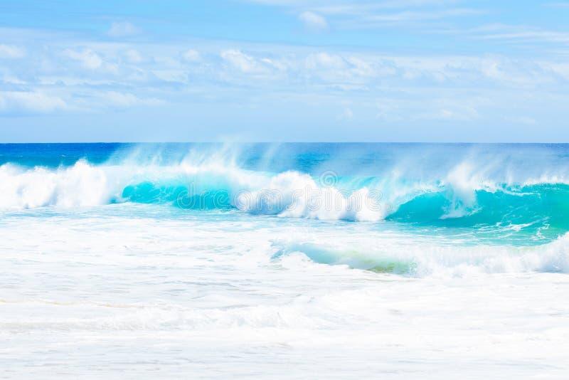 Mooie blauwe aqua groene oceaanwateren langs Hawaiiaanse kust stock afbeeldingen