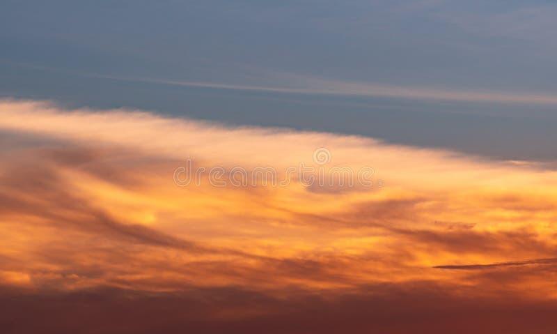 Mooie blauwe en gouden hemel en wolken abstracte achtergrond Geeloranje wolken op zonsonderganghemel Warme weerachtergrond Art stock foto's