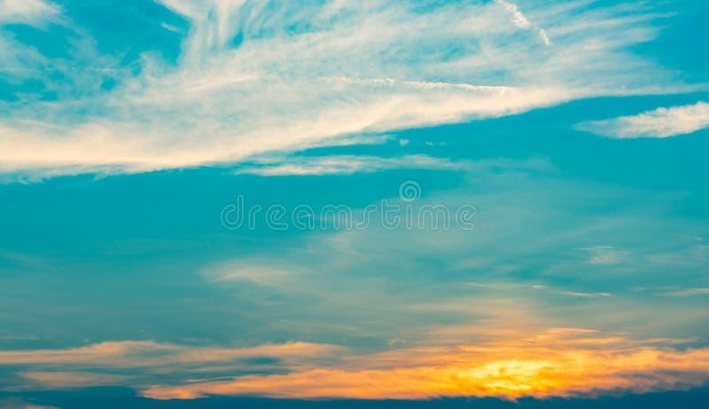 Mooie blauwe en gouden hemel en wolken abstracte achtergrond Geeloranje wolken op zonsonderganghemel Warme weerachtergrond Art royalty-vrije stock foto