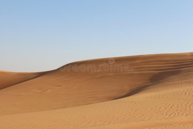 Mooie blauwe hemel in een verlaten het verschuiven Zand hete woestijn royalty-vrije stock fotografie