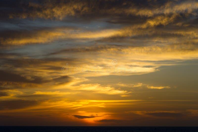 Mooie blauwe hemel en cloudscape bij zonsondergang stock fotografie