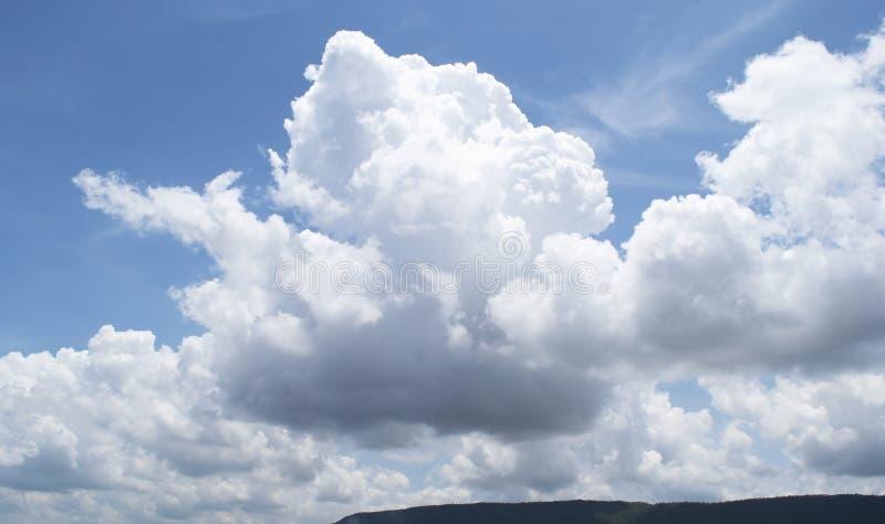Mooie blauwe hemel en witte bewolkte hemelachtergrond over de bergen in het platteland van Thailand royalty-vrije stock foto's