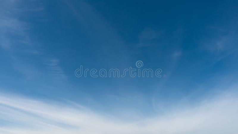 Mooie blauwe hemel Hemel en wolken, kwalitatieve spruit, geen vogels en lawaai stock afbeelding