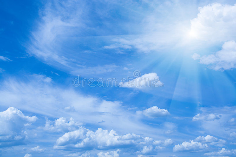 Mooie blauwe hemel en zonstralen. Horizontale mening. stock foto