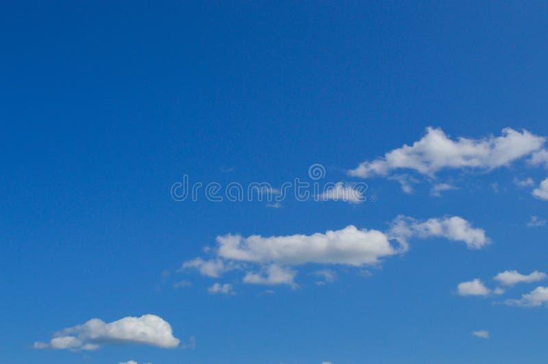 Mooie blauwe hemel heldere zonnig met witte pluizige schilderachtige wolken Achtergrond, behang, textuur stock afbeelding
