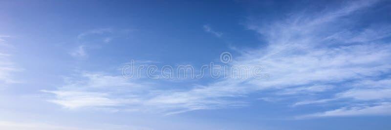 Mooie blauwe hemel met wolkenachtergrond Hemel met het blauw van de de aardwolk van het wolkenweer Blauwe hemel met wolken en zon royalty-vrije stock fotografie